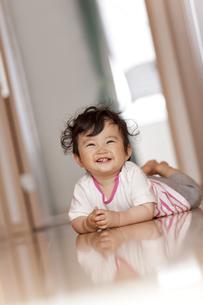 廊下で笑う赤ちゃんの素材 [FYI01074925]