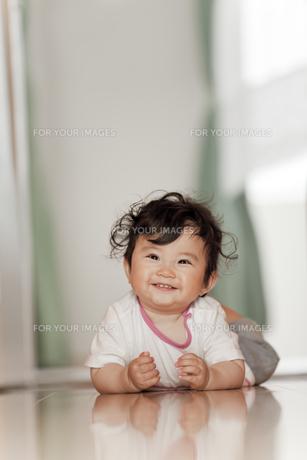 廊下で笑う赤ちゃんの素材 [FYI01074994]