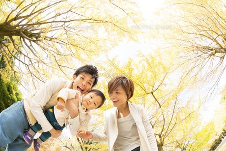 秋の公園で遊ぶ親子の素材 [FYI01075023]