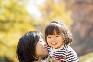 秋の公園で遊ぶ娘と母親の素材 [FYI01075053]
