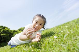 公園で笑う女の子の素材 [FYI01075062]