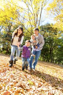 秋の公園で遊ぶ4人家族の素材 [FYI01075092]