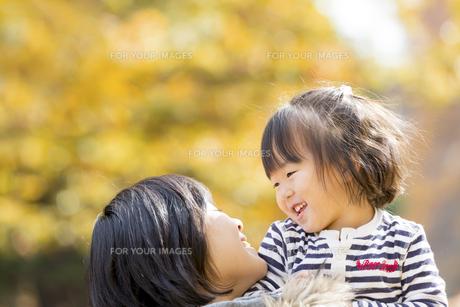 秋の公園で遊ぶ娘と母親の素材 [FYI01075098]