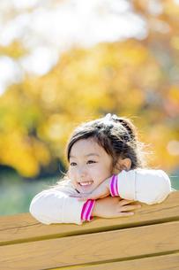 秋の公園で笑う女の子の素材 [FYI01075106]