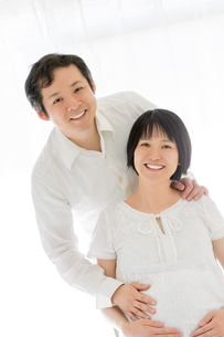 リビングでくつろぐ出産前の夫婦の素材 [FYI01075118]