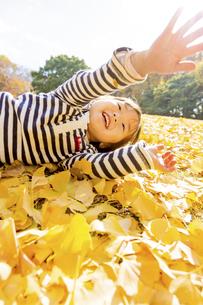 秋の公園で遊ぶ女の子の素材 [FYI01075119]