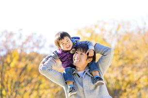 秋の公園で遊ぶ息子と父親の素材 [FYI01075123]
