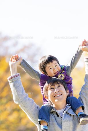 秋の公園で遊ぶ息子と父親の素材 [FYI01075138]