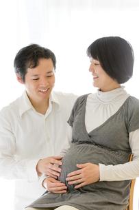 リビングでくつろぐ出産前の夫婦の素材 [FYI01075155]