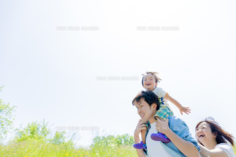 公園を歩く息子と両親の素材 [FYI01075156]