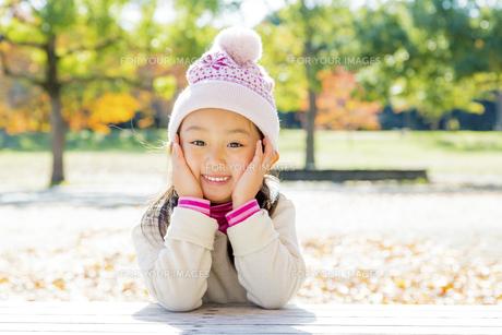 秋の公園で笑う女の子の素材 [FYI01075157]