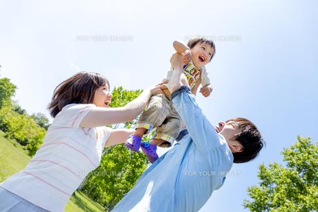 公園で遊ぶ息子と両親の素材 [FYI01075159]