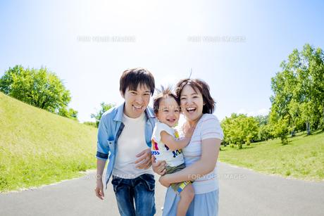 公園で遊ぶ息子と両親の素材 [FYI01075165]