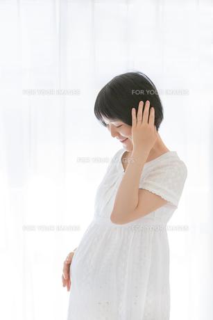 リビングでくつろぐ妊婦さんの素材 [FYI01075169]