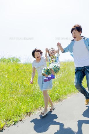 公園で遊ぶ息子と両親の素材 [FYI01075170]