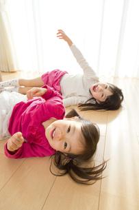 リビングで遊ぶ姉妹の素材 [FYI01075178]