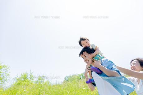 公園を歩く息子と両親の素材 [FYI01075189]