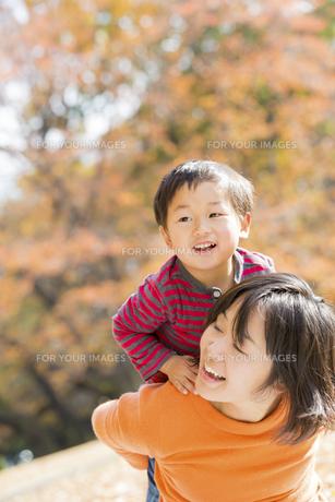 秋の公園で遊ぶ息子と母親の素材 [FYI01075191]