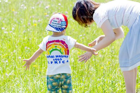 公園で遊ぶ息子と母親の後ろ姿の素材 [FYI01075193]