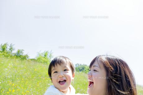 公園で遊ぶ息子と母親の素材 [FYI01075202]