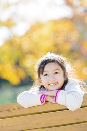 秋の公園で笑う女の子の素材 [FYI01075222]