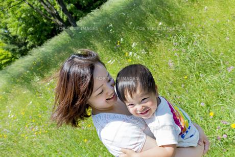 公園で息子を抱く母親の素材 [FYI01075245]