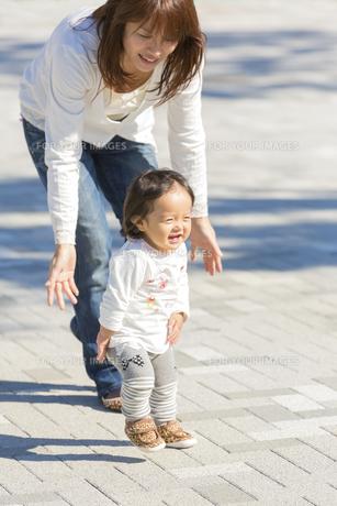 公園を歩く母と娘の素材 [FYI01075251]