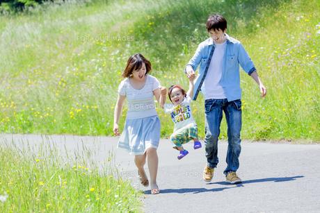 公園を歩く息子と両親の素材 [FYI01075256]
