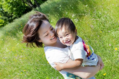 公園で息子を抱く母親の素材 [FYI01075268]