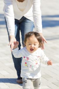 公園を歩く母と娘の素材 [FYI01075276]