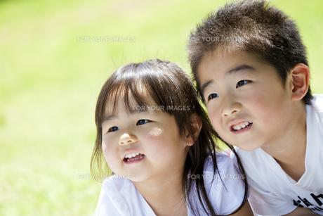 公園で笑う妹と兄の素材 [FYI01075290]