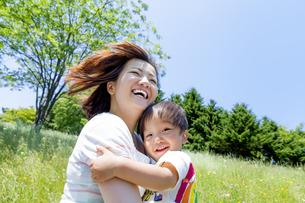 公園で息子を抱く母親の素材 [FYI01075306]
