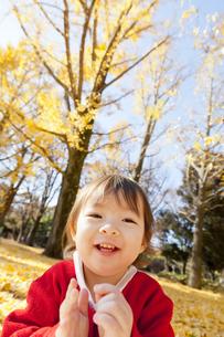 紅葉の公園で笑う女の子の素材 [FYI01075320]