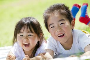 公園で笑う妹と兄の素材 [FYI01075327]