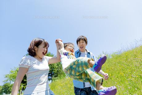 公園で遊ぶ息子と両親の素材 [FYI01075338]