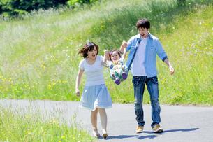 公園を歩く息子と両親の素材 [FYI01075362]