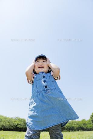 公園で笑う女の子の素材 [FYI01075381]