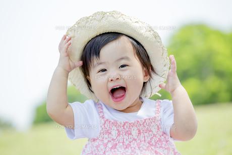 公園で笑う女の子の素材 [FYI01075392]