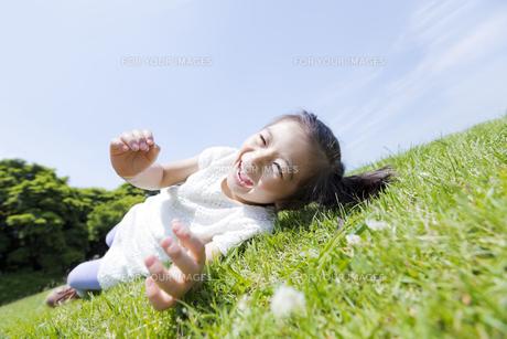 公園で笑う女の子の素材 [FYI01075393]
