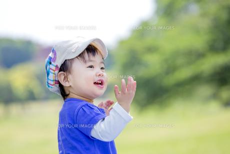 公園で笑う女の子の素材 [FYI01075409]