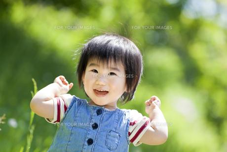 公園で笑う女の子の素材 [FYI01075423]
