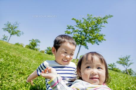 公園で遊ぶ兄と妹の素材 [FYI01075425]