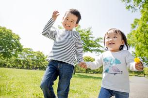 公園を走る兄と妹の素材 [FYI01075428]