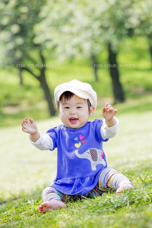公園で笑う女の子の素材 [FYI01075429]