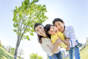 公園で遊ぶ家族の素材 [FYI01075437]