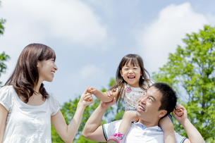 公園を歩く3人家族の素材 [FYI01075440]