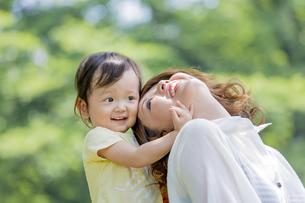 公園で娘と遊ぶ母親の素材 [FYI01075441]