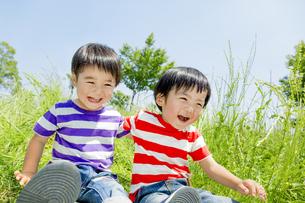 公園で遊ぶ男の子たちの素材 [FYI01075445]