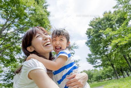 公園で娘を抱く母親の素材 [FYI01075451]