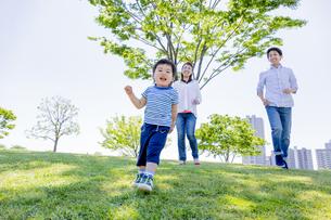公園を歩く家族の素材 [FYI01075453]